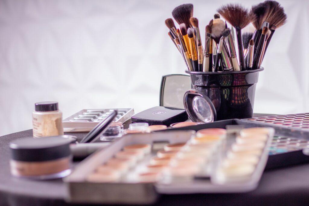 Pennelli, ombretti, make up Estetica-Dama